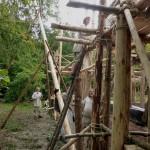 Holzhandwerker und Werkstättle-Mitarbeiter beim Gerüstbau.