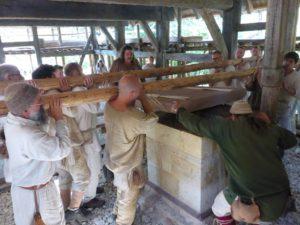 Die Platte wurde zum Auflegen dann an Seile gehängt und gaaaaanz sachte abgelassen.