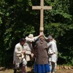 Das Aufstellen des Holzkreuzes am Bauplatz der Kirche, während der Eröffnung 2013.