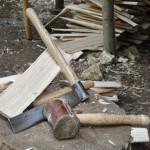 Das Werkzeug des Schindelmachers: Schindeleisen und Hammer aus Rinderhaut