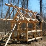 Hier befestigt der Wandergesell Florian die Dachsparren mit Holznägeln.