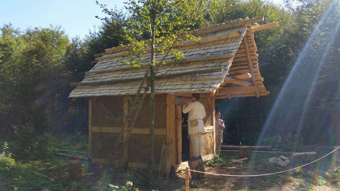 Dach der Weberhütte fertig