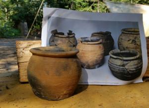 Vergleich von Martins Keramik und einer Abbildung archäologischer Funde.