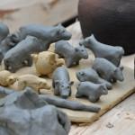 Kinder durften auch selbst kleine Tiere töpfern. Tatsächlich gibt es auch aus karolingischer Zeit ein kleines Ton-Wildschwein!