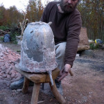 Die fertige Glocke. Bastian zeigt wo die Bronze abgeflossen ist.