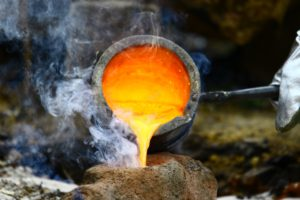 Beim Bronzeguss wird flüssiges Metall in die Lehmform gegossen.