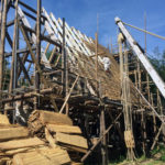 Während Maga das Gerüst am Westgiebel stellt, befestigen Michael, Andreas und Daniel die Dachlatten.