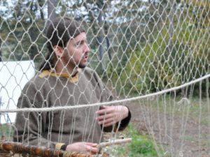 Der Fischer Jari zeigt u.a. das Netzeknüpfen.